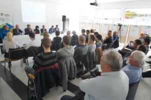 Direktor Zavoda INePA mag. Simon Delakorda v vlogi moderatorja razprave Pametne skupnosti in evropske digitalne storitve za razvoj Velenja (STA, 28. november 2016)
